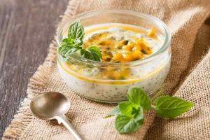 Mit Passionsfrucht lassen sich leckere Desserts zubereiten, sei es mit Joghurt, auf Quarkbasis oder als Mousse.