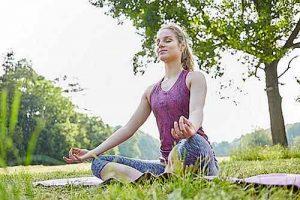 Außer Passiflora helfen gegen Stress Entspannungsübungen und Bewegung im Freien.