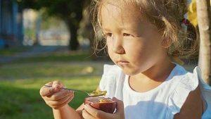 Die wohl einfachste Art, eine Passionsfrucht zu essen: Aufschneiden und auslöffeln.